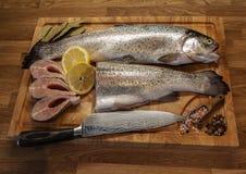 Vissen op de scherpe raad stock foto's