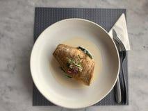 Vissen op spinazie Overzeese baarzen in wijnsaus Italiaanse gastronomisch Stock Foto