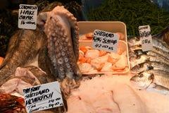 Vissen in Voedselmarkt stock foto's