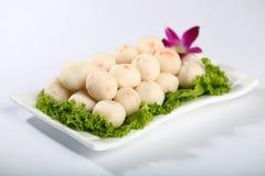 Vissenbal met groenten op plaat Royalty-vrije Stock Fotografie