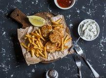 Vissenballen, chips, sausen op een donkere achtergrond royalty-vrije stock afbeeldingen