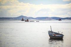 Vissenboot in het overzees en de bergen Stock Fotografie