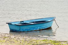 Vissend houten die boot in het overzees wordt vastgelegd royalty-vrije stock afbeeldingen