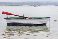 Vissend houten die boot in het overzees wordt vastgelegd stock foto