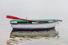 Vissend houten die boot in het overzees wordt vastgelegd stock foto's