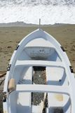 Vissend houten die boot op het strand wordt vastgelegd royalty-vrije stock foto's