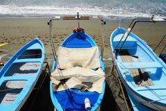 Vissend houten die boot op het strand wordt vastgelegd stock fotografie