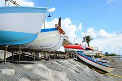 Vissend houten die boot op het strand wordt vastgelegd royalty-vrije stock afbeelding