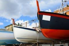 Vissend houten die boot op het strand wordt vastgelegd stock foto's