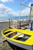 Vissend houten die boot op het strand wordt vastgelegd stock afbeelding