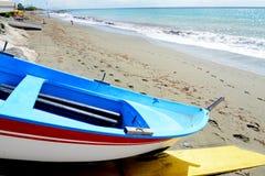 Vissend houten die boot op het strand wordt vastgelegd royalty-vrije stock foto