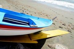 Vissend houten die boot op het strand wordt vastgelegd royalty-vrije stock afbeeldingen
