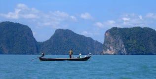 Vissend op de Baai van Phang Nga, Thailand Stock Foto's