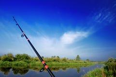 Vissend Rod Spinning Rod over Rivier stock foto