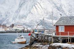 Vissend schip op houten pier in de visserij van dorp wordt vastgelegd dat royalty-vrije stock afbeelding