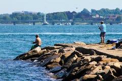 Vissend van de rotsen bij Fort Adams, Nieuwpoort, RI stock foto