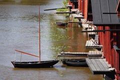 Vissend zeilboot in het kanaal dichtbij rivierhuizen dat wordt geparkeerd Stock Afbeelding