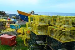 Vissende dorp en zeekreeftvallen Stock Foto's