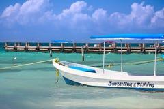 Vissende en snorkelende boot Stock Afbeeldingen