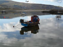 Vissende en varende boten Stock Afbeeldingen