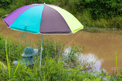Vissende kleurrijke paraplu stock afbeelding