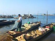 vissende mens in de boot op de rivier Stock Foto