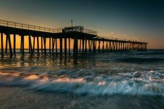 Vissende pijler en golven op de Atlantische Oceaan bij zonsopgang in Ventn Stock Foto