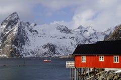 Vissende schip en visserscabine in Lofoten-Archipel royalty-vrije stock fotografie