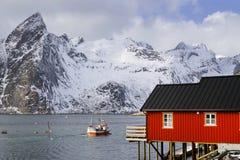 Vissende schip en visserscabine in Lofoten-Archipel stock foto