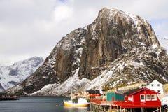 Vissende schip en visserscabine in Lofoten-Archipel royalty-vrije stock foto's