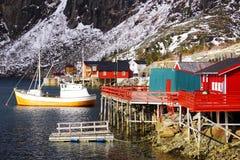 Vissende schip en visserscabine in Lofoten-Archipel royalty-vrije stock afbeelding