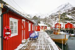 Vissende schip en visserscabines in Lofoten-Archipel stock fotografie