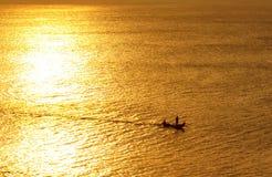 Vissende tijd? visser in het meer, dichtbij aan zonsondergang Stock Fotografie