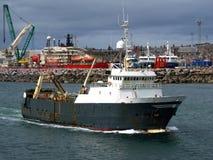 Vissende treiler aan de gang het weggaan haven stock foto