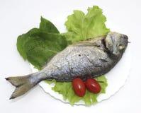 Vissendorado op een blad van sla met tomaten wordt gebraden die stock afbeeldingen