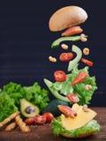 Vissenhamburger met garnalen in motie Royalty-vrije Stock Foto's