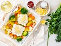 Vissenkabeljauw in de oven met groenten wordt gebakken - gezonde voedinggezondheid die stock foto's