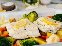 Vissenkabeljauw met groenten wordt gebakken - gezonde voeding gezond voedsel dat Ligh royalty-vrije stock afbeelding