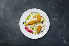 Vissenkoteletten met kwartelseieren worden gevuld met fijngestampte aardappels die royalty-vrije stock afbeeldingen