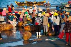 Vissenmarkt in Lange Hai - Vietnam Stock Foto