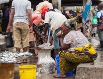 Vissenmarkt in Sar S Salaam, Tanzania stock foto's