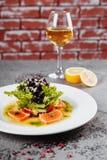 Vissensalade met glas wijn royalty-vrije stock afbeelding