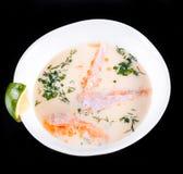 Vissensoep met zalm en garnalen, dille, aardappels, citroen en groenten in kom, dat op zwarte achtergrond wordt geïsoleerd, gezon Royalty-vrije Stock Fotografie