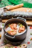 Vissensoep van verse groenten en zalm wordt gemaakt die Stock Afbeeldingen