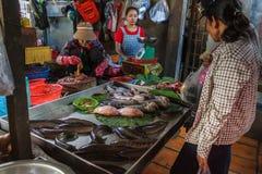 Vissenverkoper bij de Russische markt in Phom Penh, Kambodja Stock Fotografie