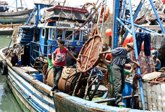 Visser aan boord van hun treiler in de haven van Essouaira, Marokko Royalty-vrije Stock Afbeeldingen