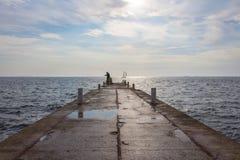 Visser bij de overzeese pijler bij dageraad Odesastad ukraine royalty-vrije stock foto