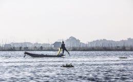Visser bij Inle-Meer stock afbeeldingen
