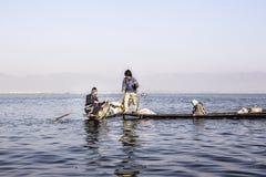 Visser bij Inle-Meer stock afbeelding