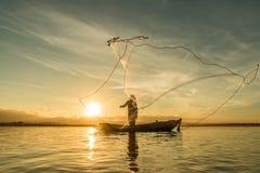 Visser die bij meer in Ochtend vissen, Thailand stock afbeeldingen